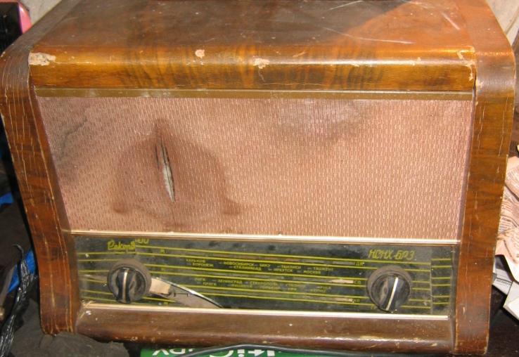 """Радиола  """"Рекорд-60, НСНХ-БР3 """", дерево, стекло расколото."""